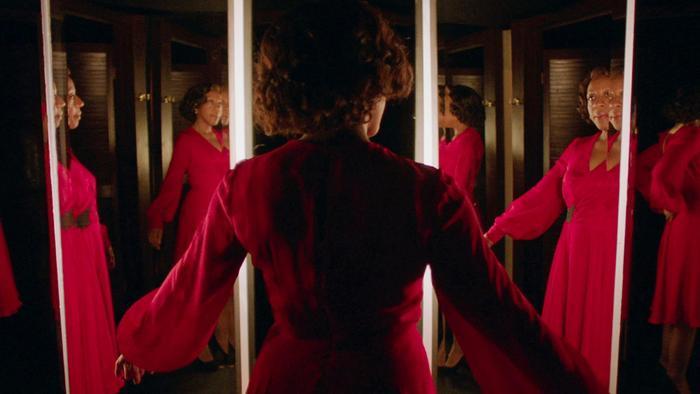 Chiếc đầm đỏ của In Fabric – cơn ác mộng thế hệ mới dành cho các chị em yêu thời trang.
