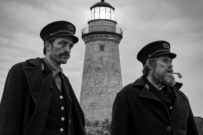 Câu chuyện bí ẩn của hai người bảo vệ hải đăng trong The Lighthouse rẽ sang một hướng khác đầy ghê rợn và khó chịu.