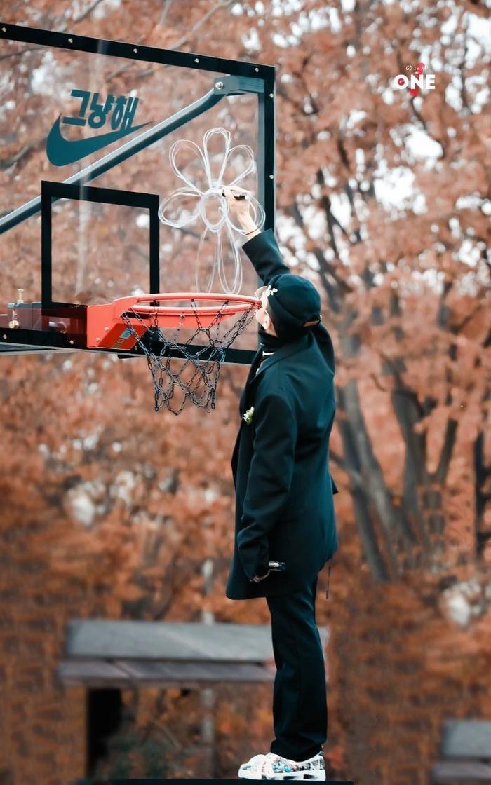 G-Dragon đẹp rụng rời trong bộ hình chụp cùng bóng rổ: Đẳng cấp fanshionista đích thực là đây! ảnh 6