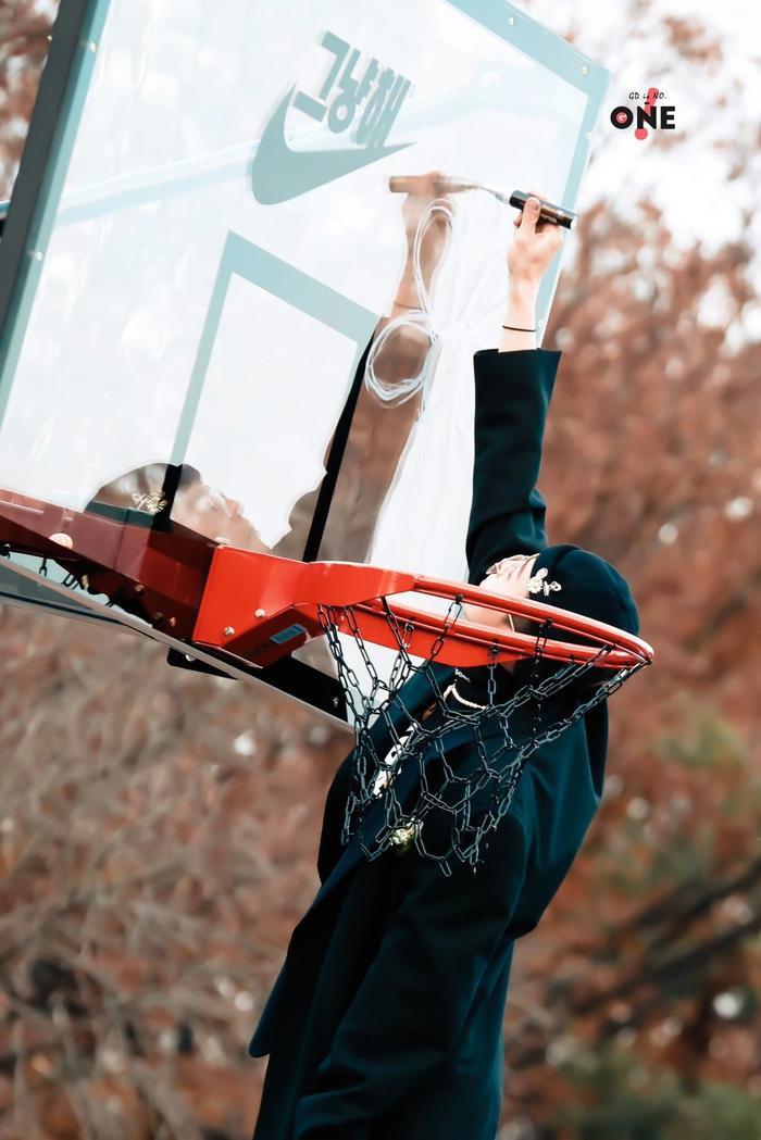 G-Dragon đẹp rụng rời trong bộ hình chụp cùng bóng rổ: Đẳng cấp fanshionista đích thực là đây! ảnh 5