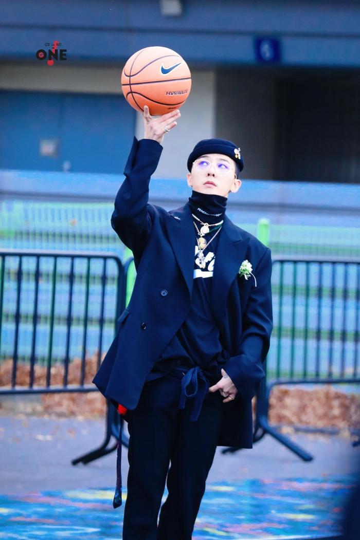 Anh chàng xuất hiện trong bộ vest lịch lãm, sang trọng nhưng đi giày thể thao và chơi bóng rổ.