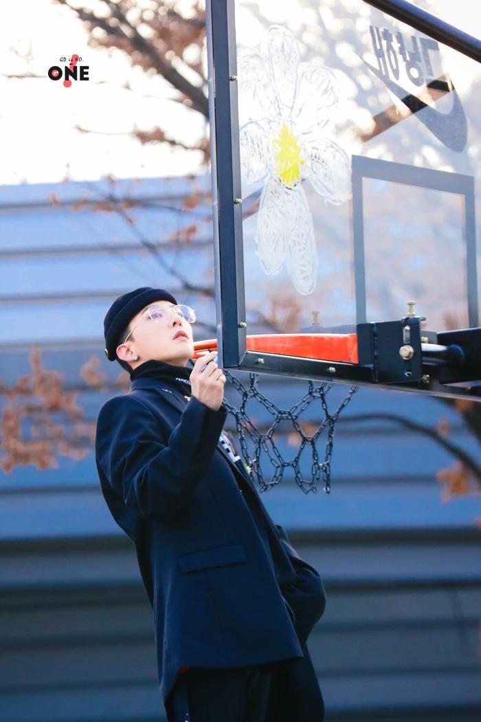 G-Dragon đẹp rụng rời trong bộ hình chụp cùng bóng rổ: Đẳng cấp fanshionista đích thực là đây! ảnh 4