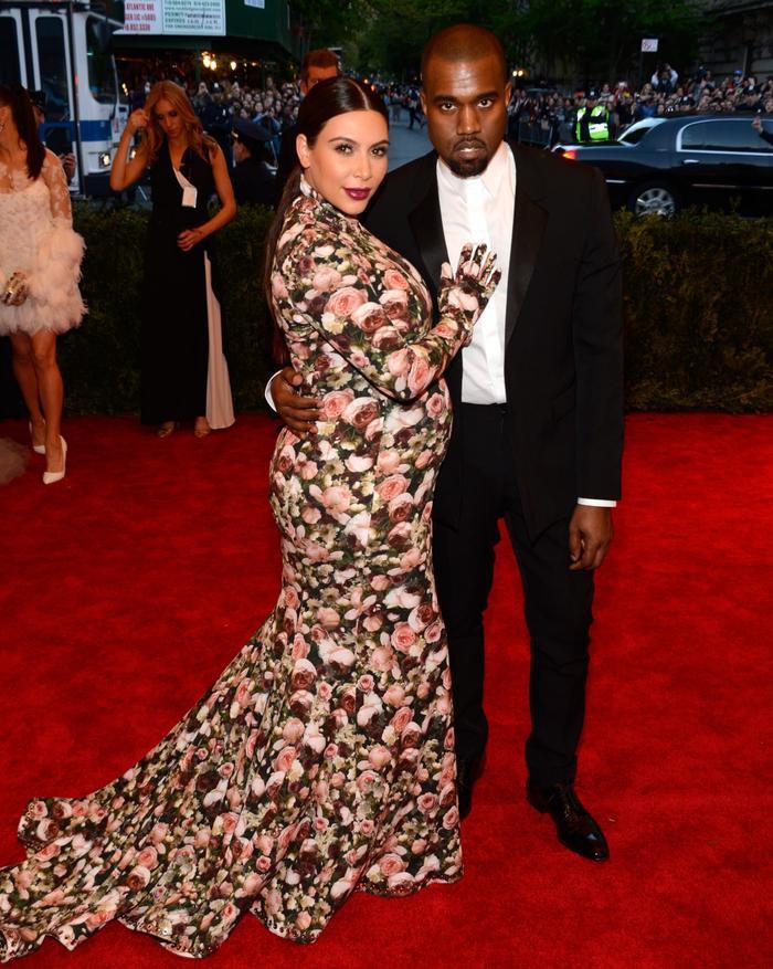 'Cứng' như Kim Kardashian cũng có lúc khóc hết nước mắt khi tham dự Met Gala 2013 ảnh 3