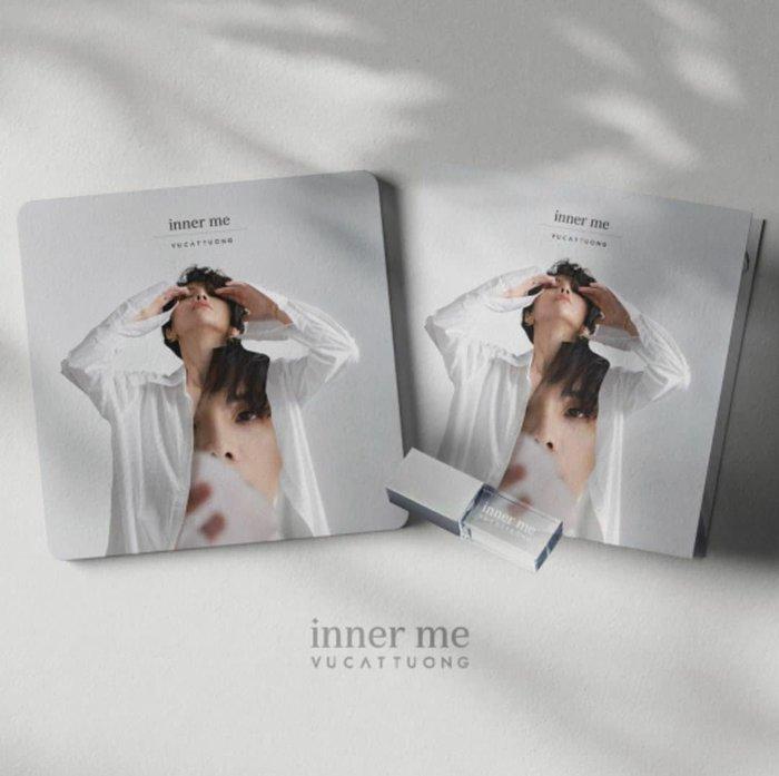 Album được phát hành dưới dạng USB.