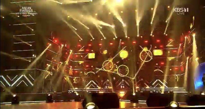 Sân khấu nơi Noo Phước Thịnh trình diễn.