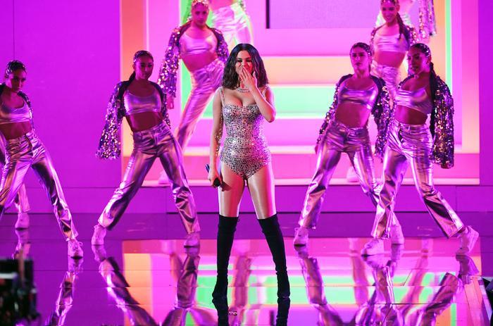 """Selena """"cực nuột"""" trong lần đầu tiên trở lại sân khấu một lễ trao giải sau 2 năm."""