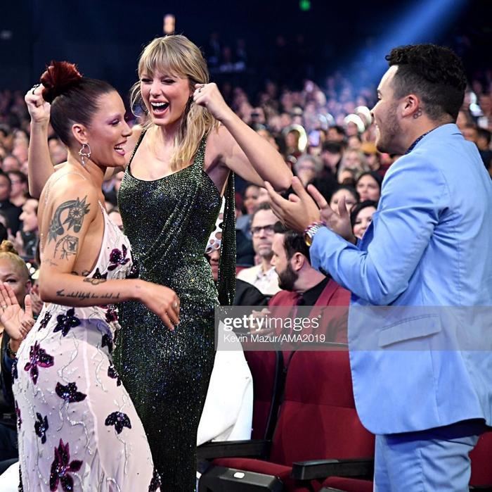 Nhưng biểu cảm này, hành động này, khoảnh khắc này, nhìn ai cũng tưởng Taylor mới là người thắng giải.