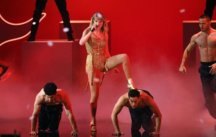 Đằng sau những giây phút cực ngầu trên sân khấu thì dưới khán đài chính là lúc Taylor thể hiện độ cute hết cỡ.
