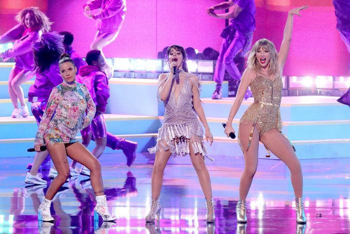 Từ trái qua: Halsey, Camila, Taylor trên sân khấuShake It Off.Bảo đây là chị chị em em nặng nghĩa tình cũng chẳng sai.