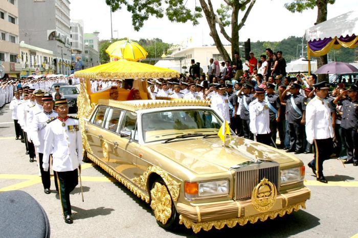 Siêu xe Rolls-Royce mạ vàng sanh chảnh này cũng thuộc sở hữu của gia đình Faiq Bolkiah. (Ảnh:Getty - Contributor)