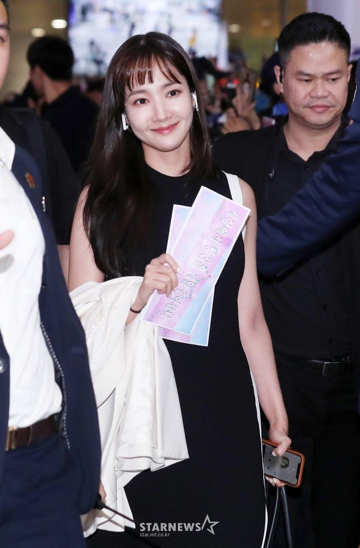 Park Min Young nở nụ cười nhưng vẫn không thể che đi nỗi đau trong lòng. Đặc biệt, đôi mắt sưng phồng vì khóc càng khiến người hâm mộ trở nên thương xót hơn.