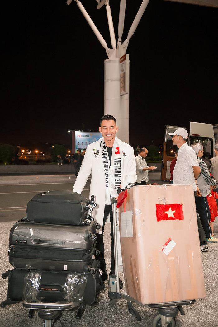 Mạnh Khang thất lạc hành lý toàn vest và áo dài, Ngọc Châu gặp sự cố phải diện đồ cũ tại Ba Lan