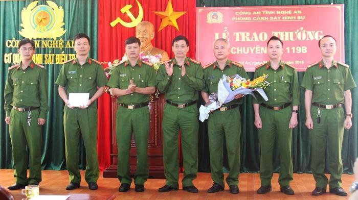 Lãnh đạo Công an tỉnh Nghệ An trao thưởng cho ban chuyên án phá đường dây đánh bạc gần 200 tỷ đồng