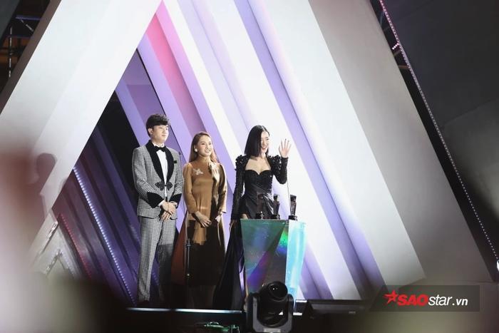 Cả ba ngôi sao bừng sáng trên sân khấu lễ trao giải.
