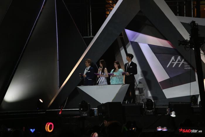 Sân khấu thiếu ánh sáng. Chương trình gần như 100% nói bằng tiếng Hàn.