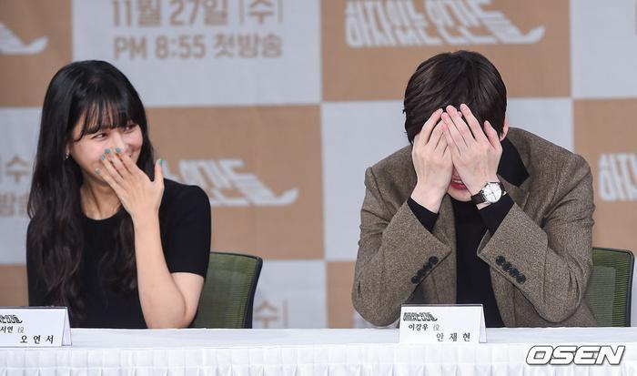 Họp báo Love With Flaws: Ahn Jae Hyun đẹp đôi bên Oh Yeon Seo, xin lỗi về vụ ly hôn với Goo Hye Sun ảnh 25