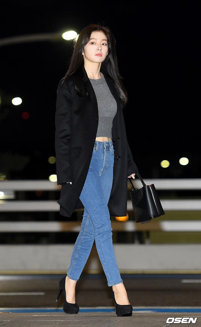 Xuất hiện đơn giản nhưng Irene đã gây sốt với vẻ ngoài nổi bật tại sân bay.