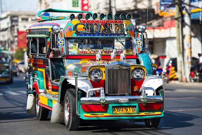 Khi đến Philippines, bạn có thể sử dụng xe Jeepney để đến địa điểm diễn ra trận đấu của U22 Việt Nam tại SEA Games 30. (Ảnh: Pinterest)