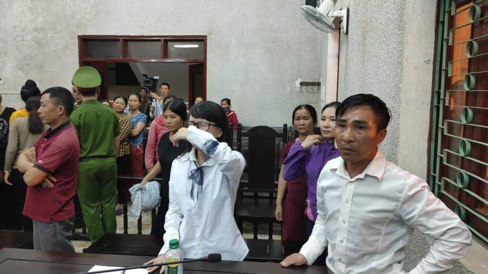 Khi nghe toà tuyên án, chị Loan con gái bị cáo Hiền gào khóc.