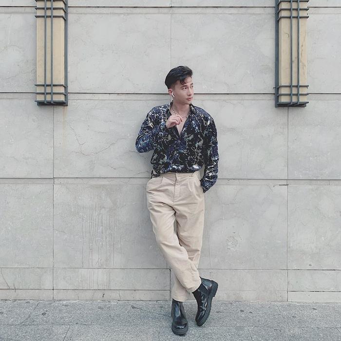 S.T Sơn Thạch cực kỳ bảnh bao với áo chemise họa tiết mix cùng quần tông màu beige sáng.