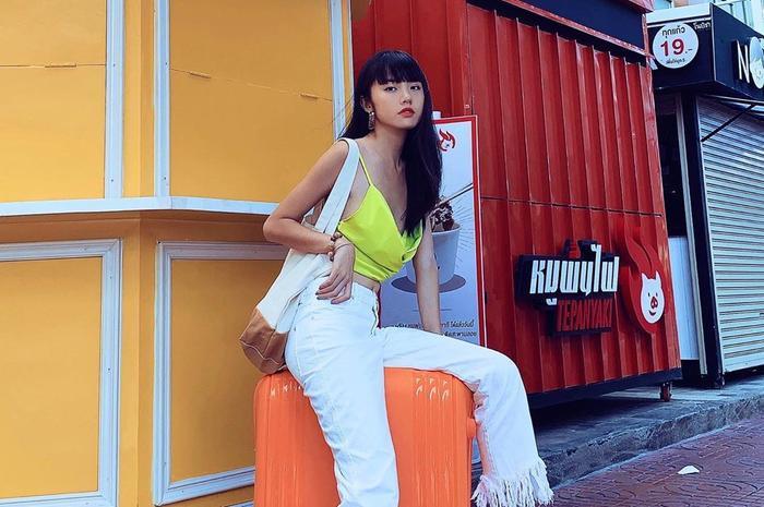 Chiếc áo trễ nải với tông vàng rực rỡ đã mang đến sự nổi bật cho Rima Thanh Vy.
