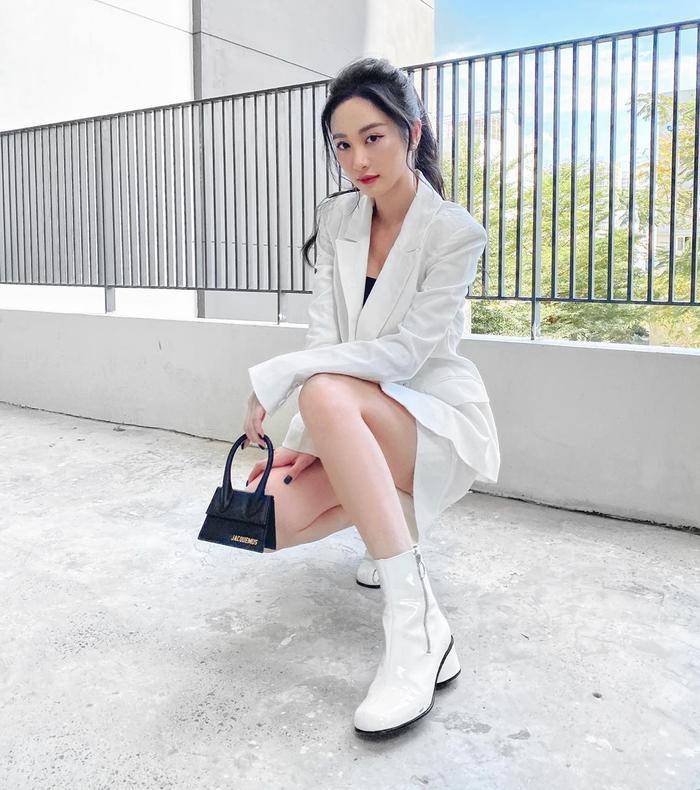 Chiếc túi mini của Jacquemus đã làm tròn nhiệm vụ trở thành điểm nhấn của Jun Vũ trong set đồ này.