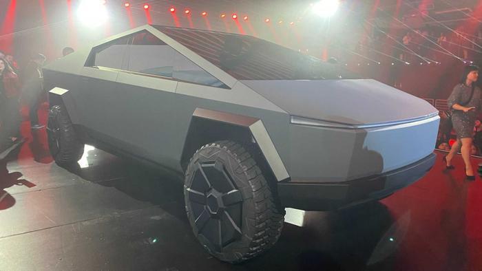 Bên cạnh đó,Tesla Cybertruck còn gây ấn tượng nhờ khả năng chống đạn và bền bỉ giống như một cỗ xe tăng nhờ phần thân xe được làm bằng thép uốn nguội 30X siêu cứng.(Ảnh: Motor1)