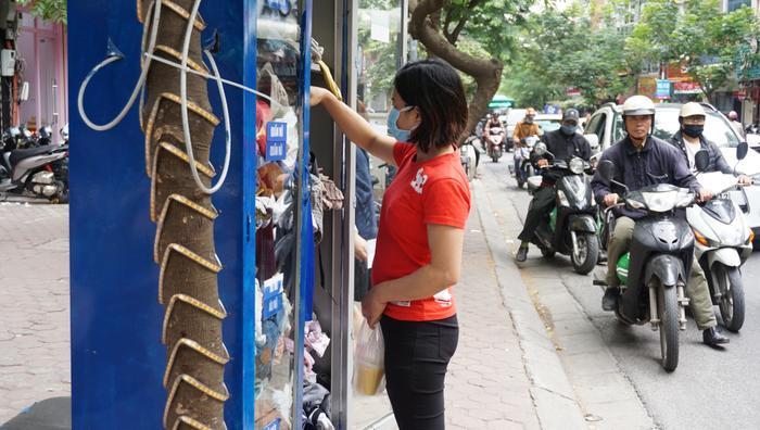 Một người dân cũng đang lựa cho mình những bộ quần áo cũ.