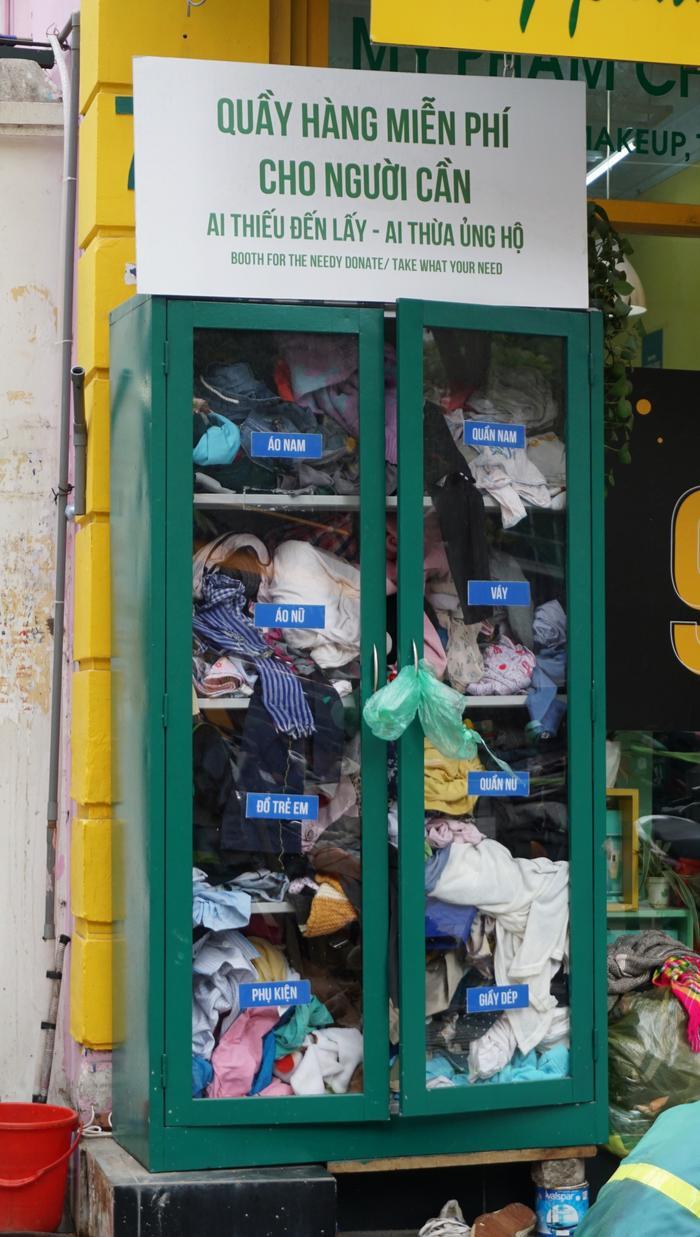 Những bộ quần áo cũng được xếp vào tủ cẩn thận.