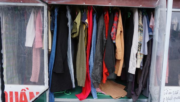 Những bộ quần áo cũ được móc cẩn thận cho những ai cần.