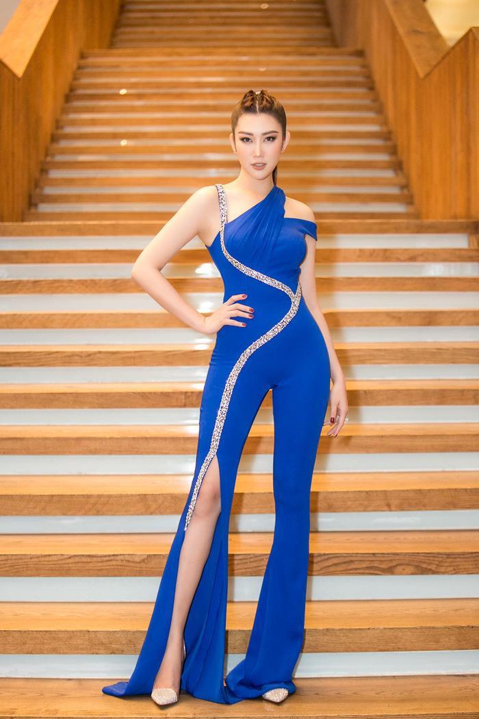 Thúy Ngân khoe body hoàn hảo với thiết kế jum màu xanh