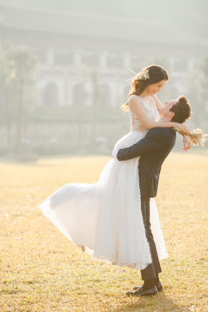 Trọn vẹn ảnh cưới của vợ chồng Hoàng Oanh: Trong veo như những thước phim điện ảnh! ảnh 0