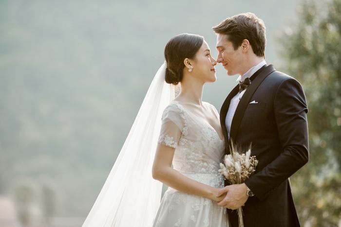 Trọn vẹn ảnh cưới của vợ chồng Hoàng Oanh: Trong veo như những thước phim điện ảnh! ảnh 1