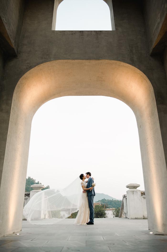 Trọn vẹn ảnh cưới của vợ chồng Hoàng Oanh: Trong veo như những thước phim điện ảnh! ảnh 2