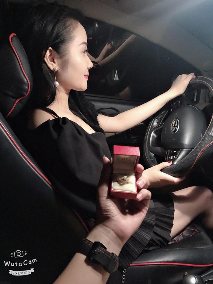 Hình ảnh Ngọc Quyên khoe nhẫn cầu hôn trên mạng xã hội khiến fan hâm mộ tò mò. Ảnh FBNV