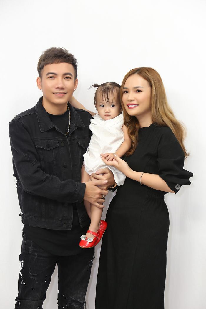 Vợ chồng Phạm Trưởng và con gái