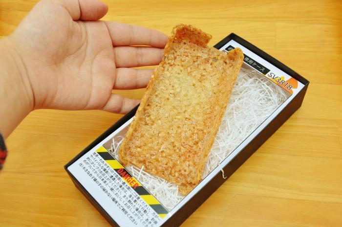 Chiếc ốp điện thoại có thể ăn được này có tên là Senbei Survival. (Ảnh: Gigazine)