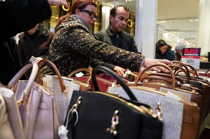 """Trong số các khách hàng tham gia Black Friday, có 77% người cho biết họ sẽ chỉ mua hàng nếu được giảm giá. Đến dịp Cyber Monday, 75% """"thượng đế"""" cũng chỉ nhắm vào mỗi hàng sale."""