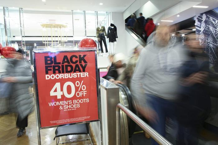 Vào ngày hội đặc biệt này, người tiêu dùng sẽ ngập trong biển hàng hóa được bán với mức giá ưu đãi kèm nhiều khuyến mãi từ các nhà bán lẻ lớn, bao gồm Best Buy, Target, Macy và Bed Bath & Beyond.