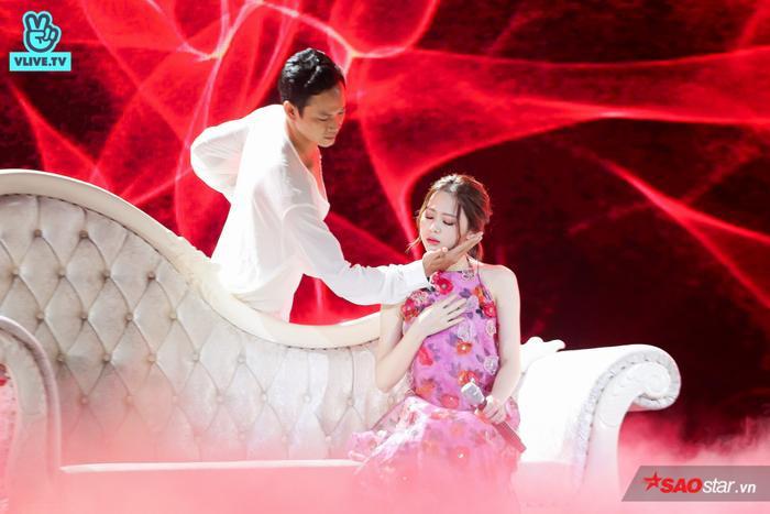Liz Kim Cương khoe vẻ đẹp mong manh tựa nữ thần.