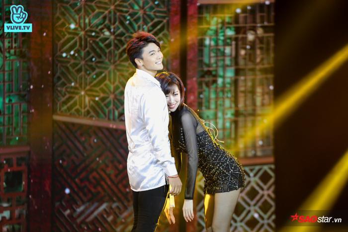 Khoảnh khắc đáng yêu của Min với bạn diễn trên sân khấu.