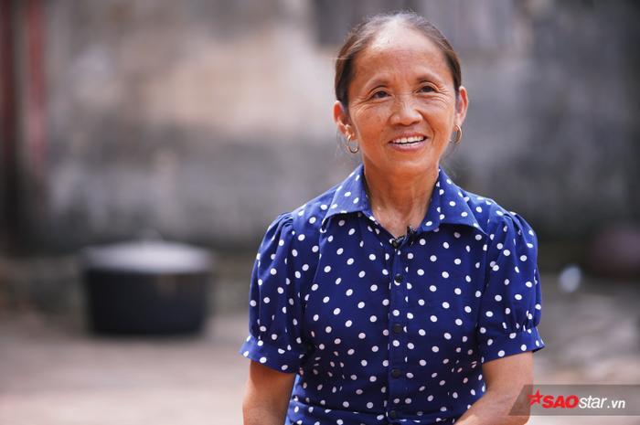 Gần như vlog nào Bà Tân cũng diện chiếc áo màu xanh chấm bi này để nấu ăn.
