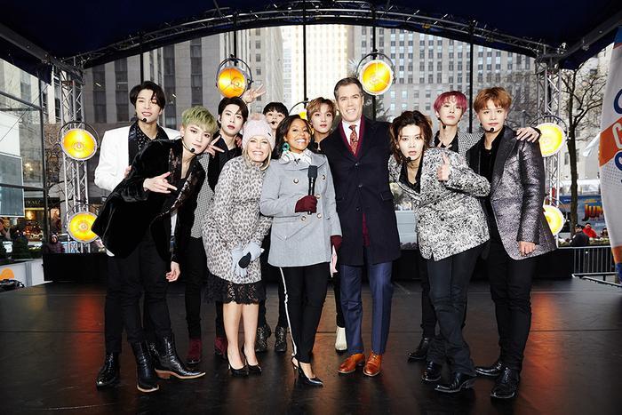 NCT 127 chụp cùng các nhân viên kì cựu của chương trình.