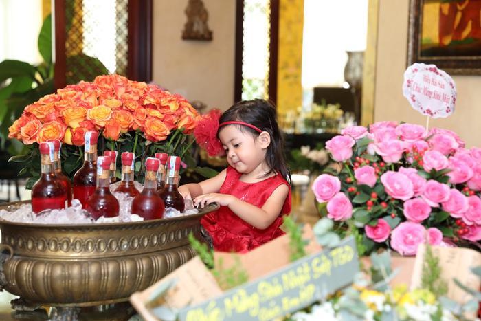 Mới 2 tuổi nhưng Vi Anh được nhận xét là sở hữu nét đẹp của cả bố lẫn mẹ