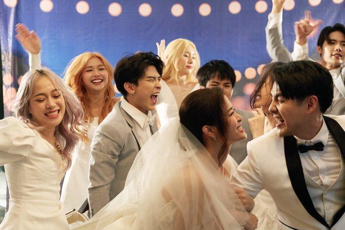 Chủ nhân chính của đêm tiệc cùng các phù dâu phù rể gồm dàn trai xinh gái đẹp: Uni5, Lip B, Han Sara.
