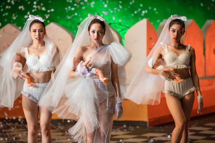 Cô dâu Bảo Anh trong MV này không bánh bèo như những MV khác, còn thể hiện vũ đạo cực ngầu.