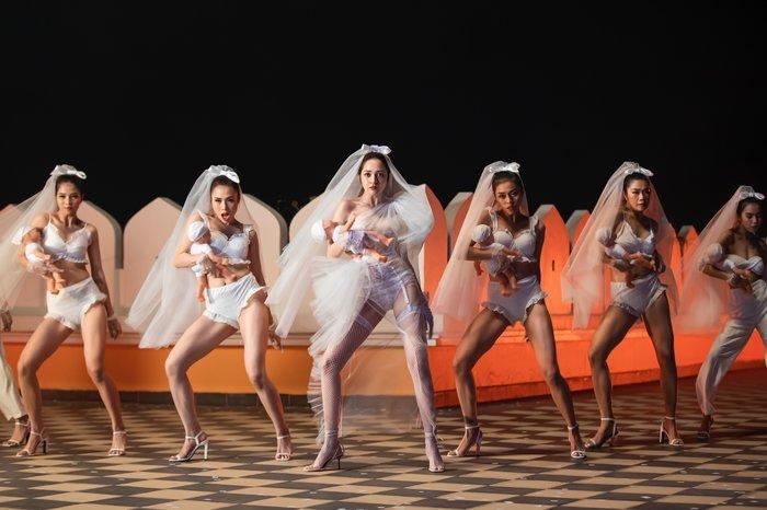 Tạo hình cô dâu trong loạt MV Vpop 2019: Nữ nghệ sĩ nào chiếm trọn trái tim bạn? ảnh 5