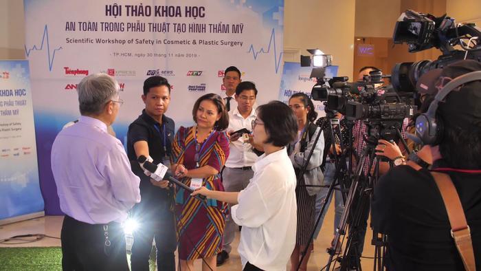 Nhiều cơ quan thông tấn, báo chí đến tham dự và đưa tin.