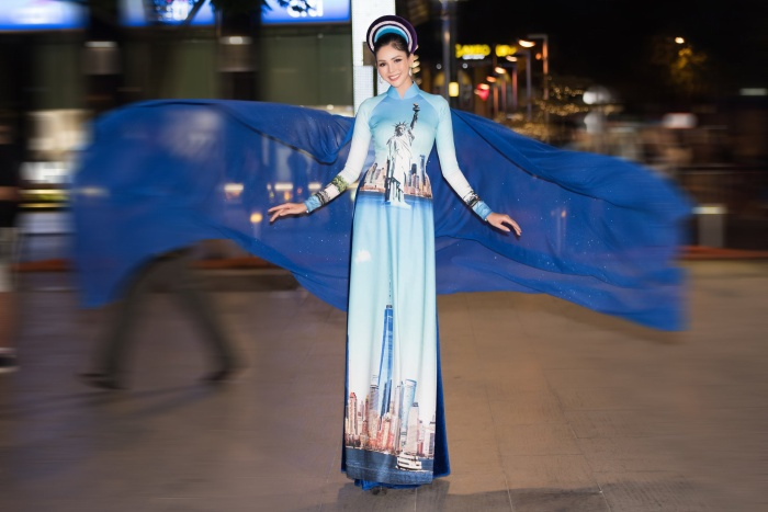 Tượng Nữ thần Tự do in trên áo phối hợp với chiếc mấn lấp lánh rất nhịp nhàng