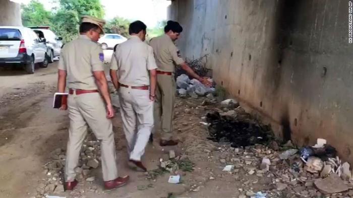 Cảnh sát tìm được thi thể cháy đen của cô gái đáng thương dưới chân cầu.